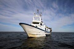 Gebrauchsfertige Netze des Fischerbootes des Schleppnetzfischers lizenzfreie stockfotos