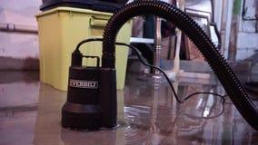 Gebrauchspumpe Everbilt, die Wasser saugt stock footage