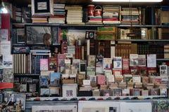 Gebraucht-, alte Bücher und Plakatkiosk Stockbilder