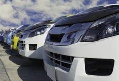 Gebrauchtwagen, geparkt im Parkplatz der Verkaufsstelle wartend, an Kunden verkauft zu werden und geliefert zu werden und auf die stockbild