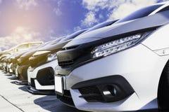 Gebrauchtwagen, geparkt im Parkplatz der Verkaufsstelle wartend, an Kunden verkauft zu werden und geliefert zu werden und auf die stockfotografie