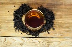 Gebrauter Tee auf einer dienenden Tabelle mit dem Brauen stockfotos