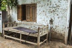 Gebrechliche alte Bank gemacht vom Holz im Dorf in Afrika Lizenzfreie Stockfotos