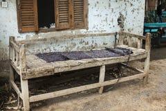 Gebrechliche alte Bank gemacht vom Holz im Dorf in Afrika Stockfoto