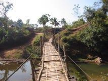 Gebrechliche Brücke stockbild