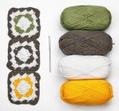Gebreid patroon, crochet en kleurengaren stock fotografie