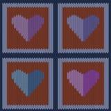 Gebreid wollen naadloos patroon met purpere harten in uitstekende bruine vierkanten Stock Foto