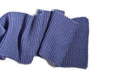 Gebreide blauwe die sjaal op witte achtergrond wordt geïsoleerd Stock Foto