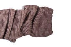 Gebreide bruine die sjaal op witte achtergrond wordt geïsoleerd Stock Afbeeldingen