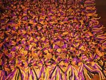 Gebreide deken met pom poms stock fotografie
