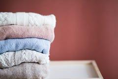 Gebreide die sweaters in een stapel worden gevouwen stock fotografie