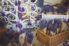 Gebreide droge lavendel in een mand op de teller Royalty-vrije Stock Foto