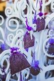Gebreide droge lavendel in een mand op de teller Stock Fotografie