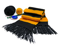 Gebreide gestreepte zwart en gele wolsjaal Stock Foto