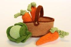Gebreide groenten: kool en wortelen stock afbeeldingen