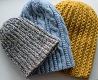 Gebreide hoeden als gift voor Kerstmis royalty-vrije stock afbeelding