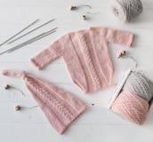 Gebreide met de hand gemaakte kleren voor zuigelingsmeisjes, topview stock afbeeldingen