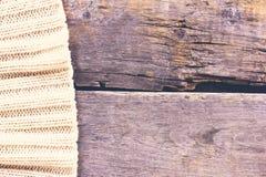 gebreide plaid, sweater op oude houten raad Stock Afbeelding