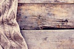 gebreide plaid, sweater op oude houten raad Stock Foto