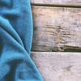 gebreide plaid, sweater op oude houten raad Stock Fotografie