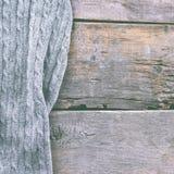 gebreide plaid, sweater op oude houten raad Royalty-vrije Stock Afbeelding