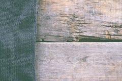 gebreide plaid, sweater op oude houten raad Royalty-vrije Stock Afbeeldingen