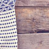 gebreide plaid, sweater op oude houten raad Royalty-vrije Stock Fotografie