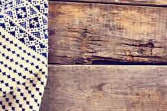 gebreide plaid, sweater op oude houten raad Stock Afbeeldingen
