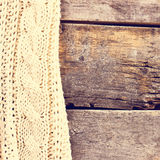 gebreide plaid, sweater op oude houten raad Stock Foto's