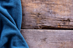 gebreide plaid, sweater op oude houten raad Royalty-vrije Stock Foto
