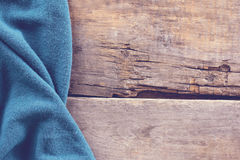 gebreide plaid, sweater op oude houten raad Royalty-vrije Stock Foto's