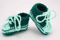Gebreide schoenen voor jonge kinderen Royalty-vrije Stock Afbeelding