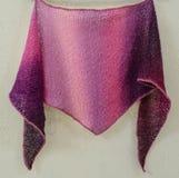 Gebreide sjaal als gift voor Kerstmis stock foto's