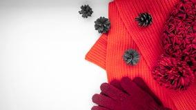 Gebreide sjaal en hoed op de lijst Warme kleren voor daling en wi stock afbeeldingen