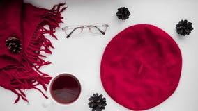 Gebreide sjaal en hoed op de lijst Warme kleren voor daling en wi Royalty-vrije Stock Foto's