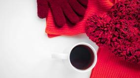 Gebreide sjaal en hoed op de lijst Warme kleren voor daling en wi Stock Fotografie