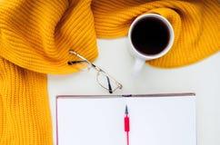 Gebreide sjaal en hoed op de lijst Warme kleren voor daling en wi Stock Afbeelding