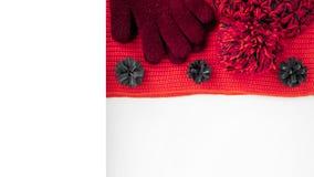 Gebreide sjaal en hoed op de lijst Warme kleren voor daling en wi Royalty-vrije Stock Afbeelding