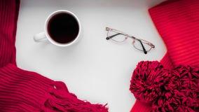 Gebreide sjaal en hoed op de lijst Warme kleren voor daling en wi Stock Foto's