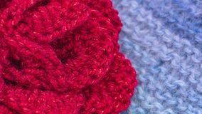 Gebreide sjaal met bloem Het naderbij komen, het zoemen 4K stock videobeelden