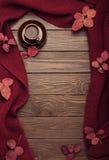 Gebreide sjaal van de kleur van Bourgondië met de herfstbladeren en een kop van Royalty-vrije Stock Fotografie