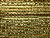 Gebreide stoffentextuur Concept energie Hobbys, vrije tijd, ambachten Horizontale regeling van het patroon Groen en bruin royalty-vrije stock afbeelding
