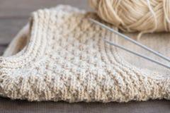 Gebreide sweater met breinaalden en garen Stock Foto's