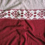Gebreide wollen achtergrond witte achtergrond met rood gebreid Noors patroon stock foto's