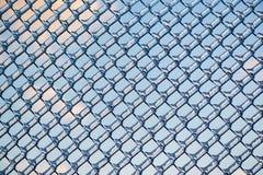 Gebreken Wolken en Blauwe Hemel door Ijs op Omheining royalty-vrije stock fotografie