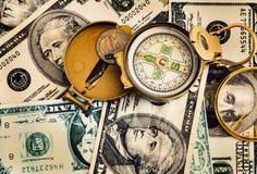 Gebrekkig die kompas op de de dollarbankbiljetten van Verenigde Staten wordt geplaatst royalty-vrije stock afbeelding