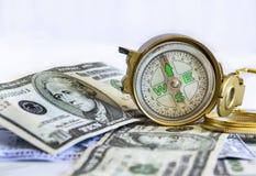 Gebrekkig die kompas op de de dollarbankbiljetten van Verenigde Staten wordt geplaatst royalty-vrije stock foto