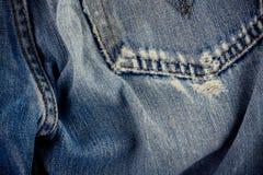 Gebrekkig jeansdenim als achtergrond met een naad van uitstekende het denimtextuur van het manierontwerp royalty-vrije stock afbeeldingen
