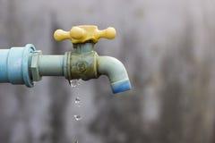 Gebrekkige tapkraan, Oorzakenverspilling van water. Stock Foto's
