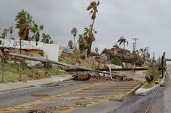Gebrochen durch elektrischen hölzernen Beitrag des Hurrikans Lizenzfreie Stockfotografie